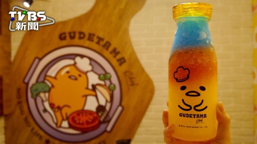 10月8日「Gudetama Chef 五星主廚餐廳」開始試營運,店內店外、牆壁、天花板無處不是蛋黃哥,餐點方面搭上彩虹話題,推出彩虹冰沙,讓粉絲們驚呼連連。 蛋黃哥陪你用餐!彩虹冰沙、造型料理好吸睛