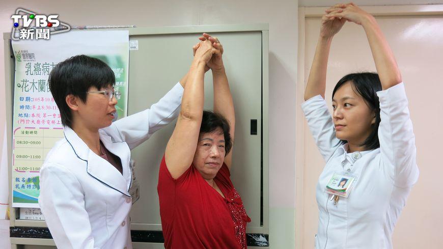 乳癌,是女性癌症發生率的第1位,而且每年的確診患者越來越多,年年破萬人,每天約有30位女性確診。(圖/豐原醫院提供) 每天逾30位女性罹乳癌 術後復健避免雙手失能