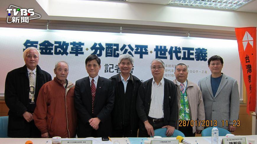 在台北市立成功高中服務30年的退休老師張禎賢,每月領7萬2千元,所得替代率超過100%(約105%),比他當老師時6萬8的薪水高,如此不正常的情況使他在社會上不受尊重。