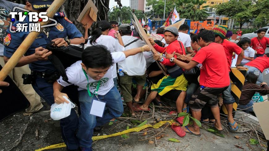 圖/達志影像路透社 菲國反美抗議 警車衝撞輾過群眾