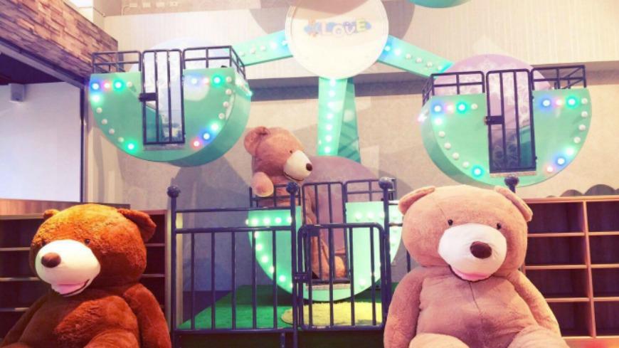 最近新北市三重有一家新開幕的親子餐廳「樂福親子餐廳」,打著擁有「全台唯一的室內摩天輪」,顏色是粉嫩的TIFFANY藍,相當夢幻,高達2層樓,而且不管大人、小孩真的都可以搭乘。 真的可以搭!親子餐廳將夢幻「摩天輪」搬進店