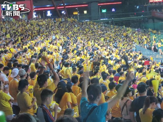 中信兄弟在台灣大賽首戰滿場。圖/記者蕭保祥攝 彭政閔TS猛打賞 兄弟8比7勝犀牛