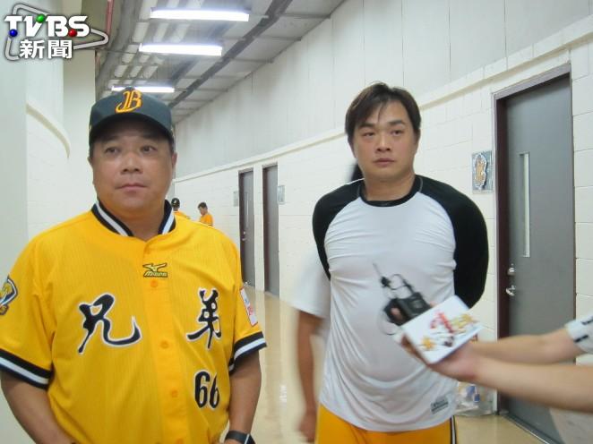 中信兄弟總教練吳復連(左)與彭政閔賽後接受採訪。圖/記者蕭保祥攝 彭政閔:緊張代表在乎,也代表你活著