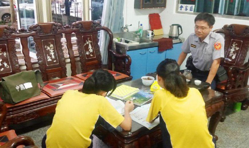 圖/草屯警分局提供 派出所變「安親班」!偏鄉暖警天天陪她寫功課