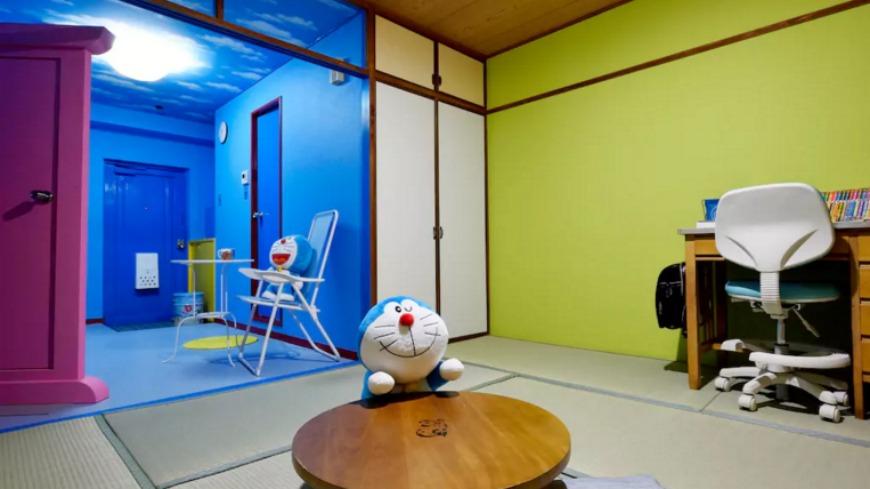 現在在airbnb上,有一間日本民宿業者將房間改裝成大雄的房間,還有哆啦A夢睡覺的壁櫥,窗戶上更貼著和大雄房間外一樣的風景壁紙,簡直神複製。 到大阪來住這!哆啦A夢、大雄的房間神複製