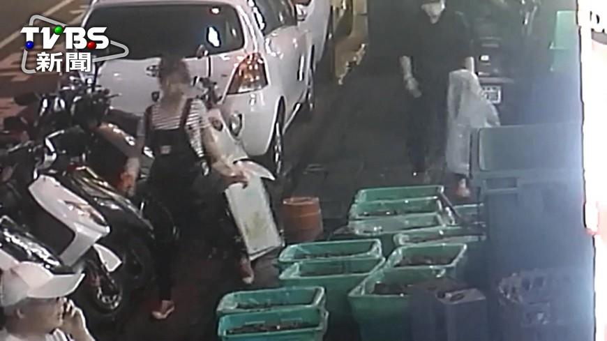 圖/TVBS 鴨血堆地上鄰垃圾桶 薑母鴨名店遭檢舉