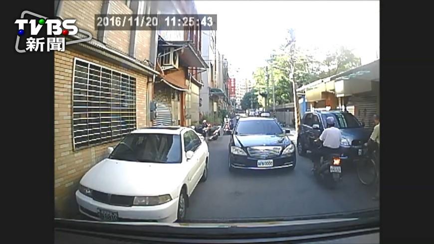 圖/TVBS 狹路相逢…賓士拒讓路按喇叭 救護車倒退嚕