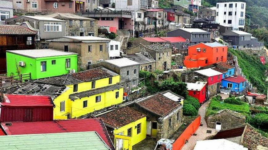 馬祖小漁村不少老房子被漆上鮮豔的黃、綠、橘、紅、藍色,五顏六色非常繽紛,有網友認為有點類似北歐許多地區的特色小漁村,不過也有網友驚呼「我家怎麼了」認為應該保持原有的聚落風貌。 想學歐洲?馬祖聚落漆成五顏六色 網友驚:我家怎麼了