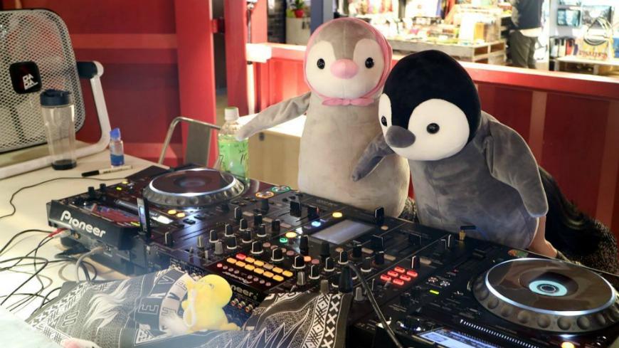 韓國人氣景點「Common Ground貨櫃屋商場」,因為去年曾推出卡哇依的「企鵝展」獲得好評,今年又重新續辦,1千隻企鵝玩偶在商場外排排站,可愛模樣預計又要成為打卡聖地。 卡哇依好好拍!1千隻企鵝落腳韓人氣景點