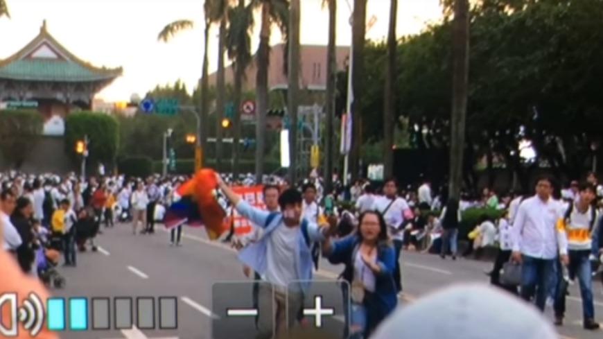 反同婚的盧姓男子涉嫌攻擊揮彩虹旗的楊凱鈞。圖/翻攝自YouTube 被撞到骨折 挺同者:讓我們能持續相信人好嗎?