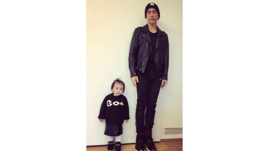 修杰楷在臉書曬出和「咘咘」的父女鞋,只見「咘咘」站起來的高度,已達180公分高的爸爸大腿,讓網友驚呼「長好快」。 曬父女鞋!「咘咘」長高了 網友:超萌身高差