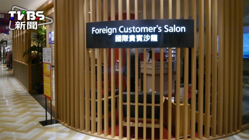 大阪第一高樓「阿倍野海闊天空大廈」對國外旅客相當貼心,推出「翻譯隨行」服務,只要事前預約,即使不會說日文,也可以透過翻譯和店員輕鬆溝通。 不會日文沒關係!到這家百貨逛街有隨行翻譯