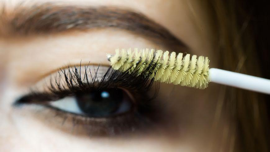 睫毛生長液原是治療青光眼的藥物,因為「副作用」意外發現能使睫毛變得又長又密。但醫師說,目前台灣並無合格的類似商品,民眾挑選時應謹慎選擇。 睫毛生長液有沒有效? 專家這麼說