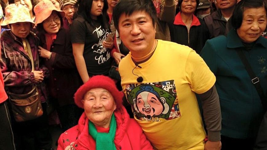 胡瓜日前出外景跟103歲人瑞阿嬤開心合照。圖/胡瓜臉書