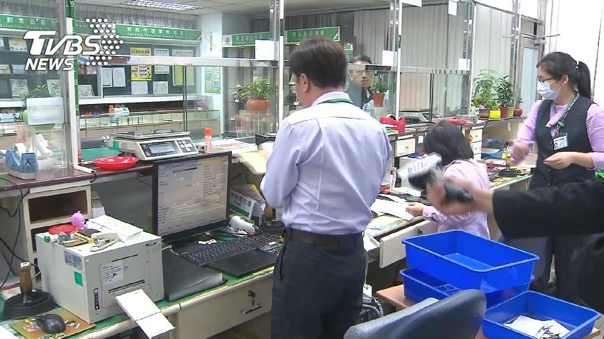 去年考上中華郵政還有261名正取生,等了1年尚未完成錄用,不少人已經面臨經濟困境。(圖/TVBS) 考上等1年未分發 中華郵政261正取生不敢找工作