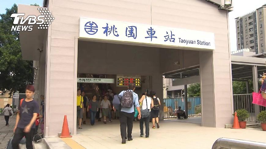 網路流傳台鐵火車不停靠桃園車站的假消息。(圖/TVBS資料畫面) 傳列車不停桃園站 台鐵局斥假消息:正向防疫不避桃