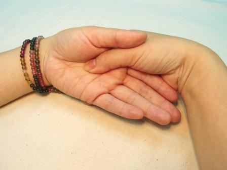 《仁神術》身體療癒法:只用雙手,陳奕迅急救喉嚨也靠它!