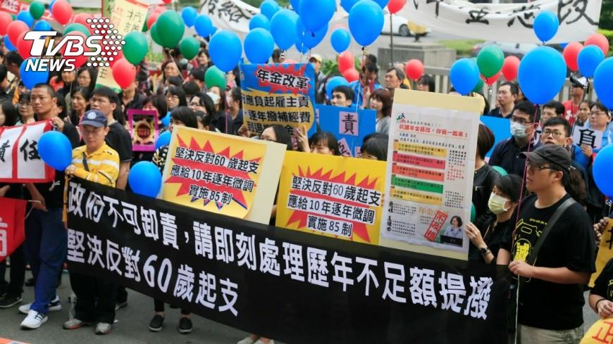圖/中央社 訴求合理年金改革 教師會向陳菊陳情