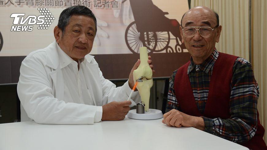 台灣有7成以上的老年人有退化性膝關節炎之苦,其中有不少人還得依靠輪椅代步,讓自尊掃地,也不願意治療,原因在於傳統膝蓋手術傷口大、復原期長,但隨著科技進步、新型手術出現,長者顧慮的問題都已有改善。 【銀髮健康】坐輪椅自尊掃地 新式膝蓋置換手術出現了