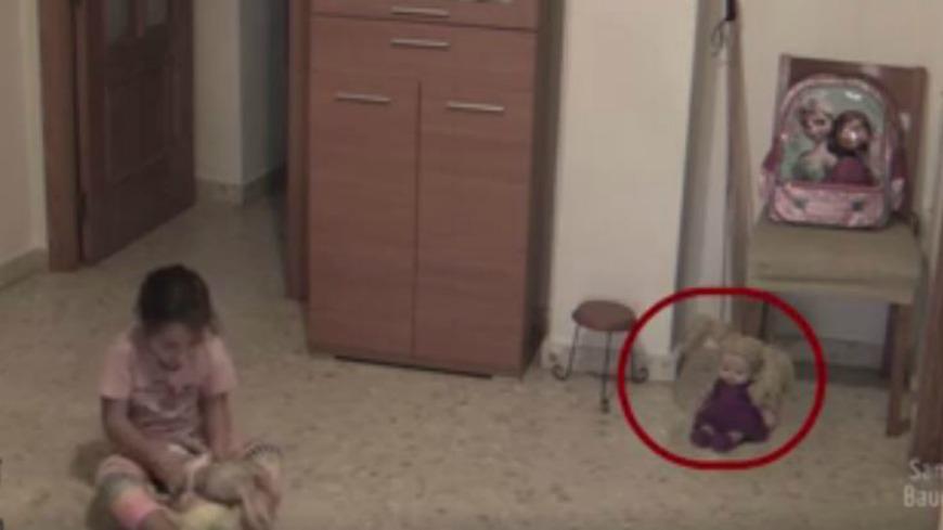 翻攝/La Otra Dimensión 臉書專頁 仔細看…洋娃娃突然歪頭瞪人 女童嚇壞狂奔