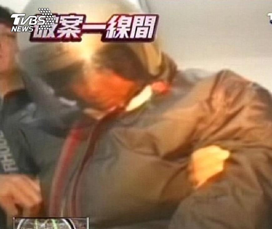 沈文賓5年前虐殺無辜2條命,被高等法院判處死刑。圖為當年他被警方逮捕時畫面。圖/TVBS 找不到太太濫殺無辜2命 無情兄判死刑弟改判14年