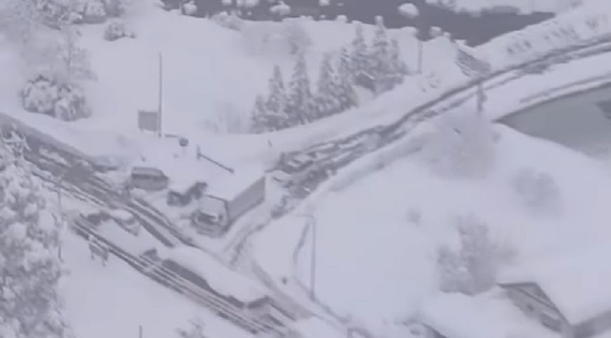 日本暴雪阻交通 鳥取縣700輛車困國道