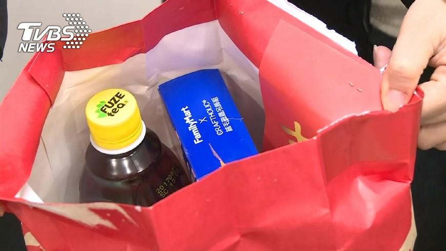 有民眾花168元抽福袋,獲得一個名牌包。(示意圖/TVBS資料畫面) 賺到了!花百元買超商福袋 她一開爽中「名牌包」