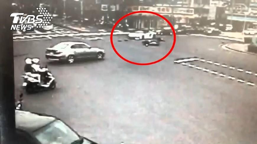圖/TVBS 碰!藍寶堅尼新春撞機車 騎士違規撞斷腿