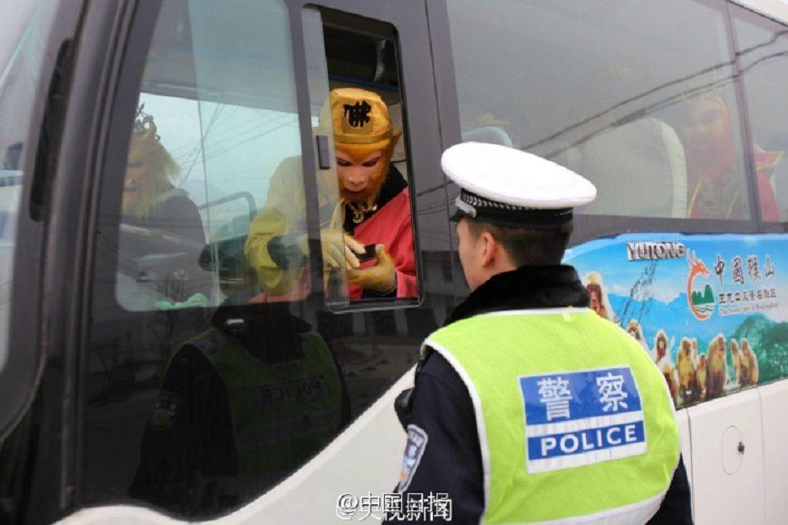 嗶嗶!警察隨機攔檢…驚見「孫悟空」載著一票班底