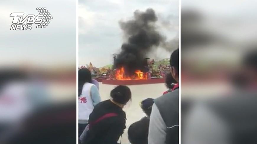 圖/TVBS 燈會又燒了!競賽燈區燈王竄火 燒剩骨架