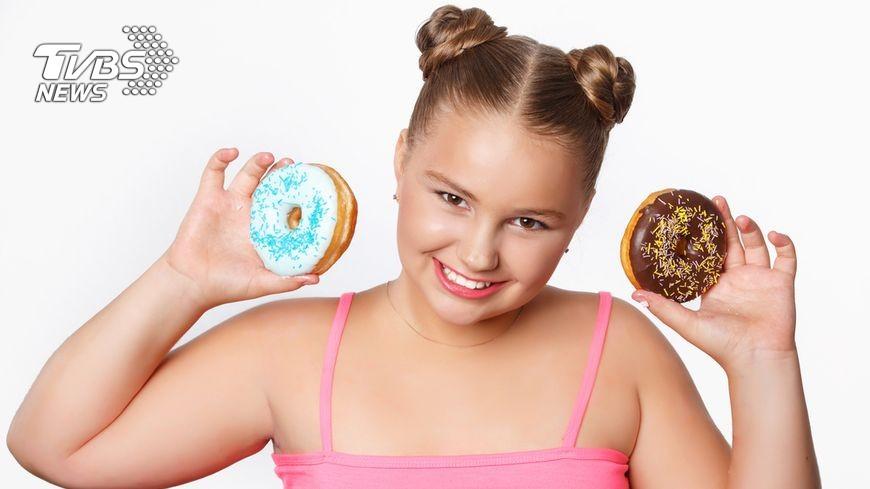 小時候胖就是胖!醫師指出,有年僅11歲的女童因為愛喝糖飲、不運動,體重超標又罹患脂肪肝。示意圖/Shutterstock 【油包肝】天天至少一杯糖飲 11歲女童罹脂肪肝