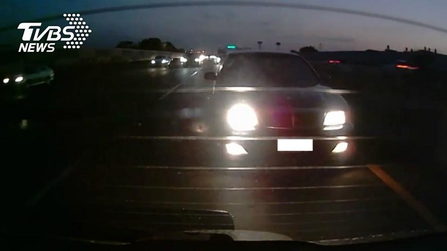 示意圖/中央社 狂閃燈2分鐘逼前車讓道! 國道警:最高可罰6千