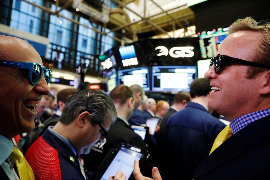 Snap Inc. 股票上市後價格飆高,投資人個個笑開懷。圖/達志影像路透社 Snap上市暴漲 舊金山一高中獲利2400萬美元