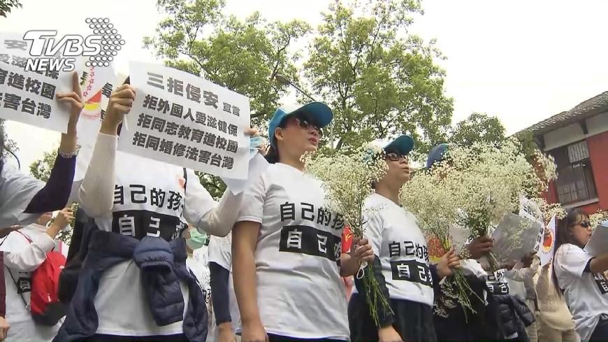 圖/TVBS 大街吃麵表「素人」抗議 反同派立院抗議