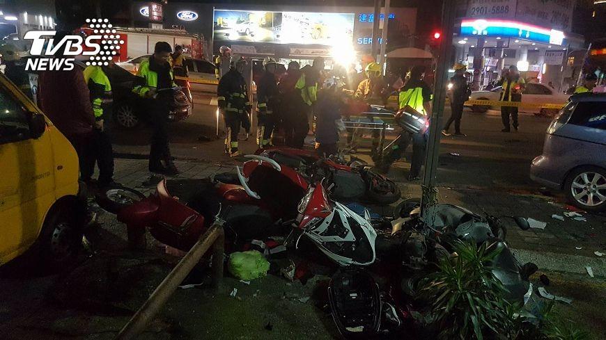 圖/TVBS 酒駕車禍!衝撞待轉機車 釀一死12輕重傷