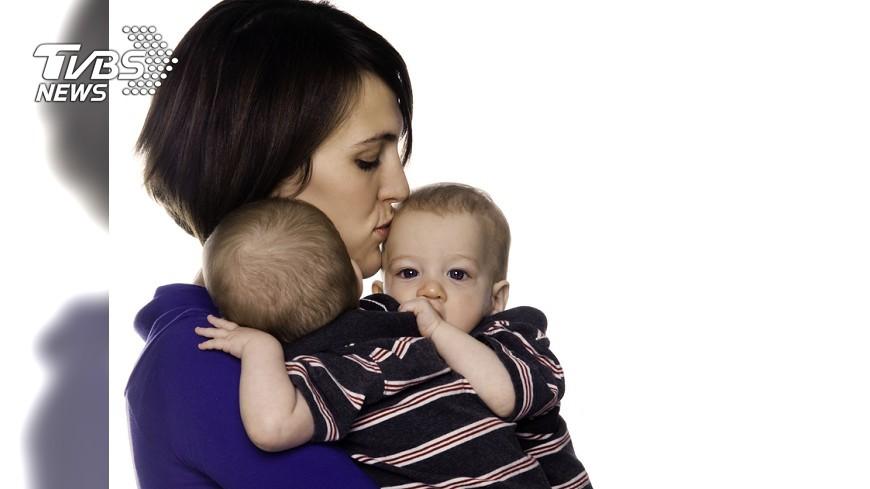示意圖/TVBS 我來幫你顧一個!「暖心乘客」暫抱嬰兒直到下飛機