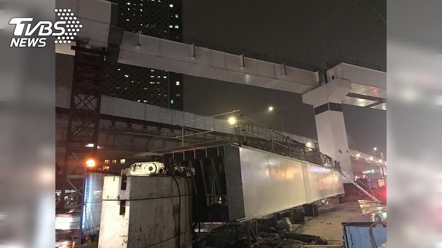 圖/中央社 環狀線跨台64線鋼箱梁 直播中吊掛完成
