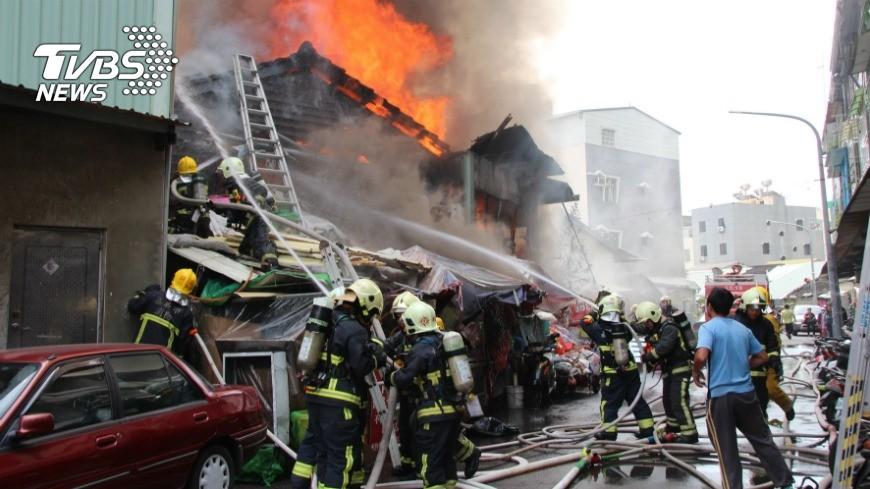 圖/中央社 嘉義市遠東街火警 1灼傷1老婦失蹤