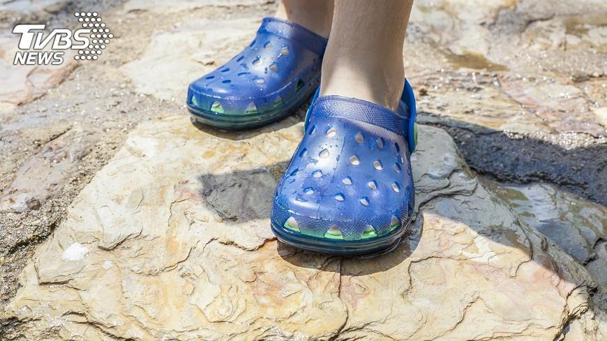 示意圖/TVBS 穿洞洞鞋不穿襪  灰指甲可能上身