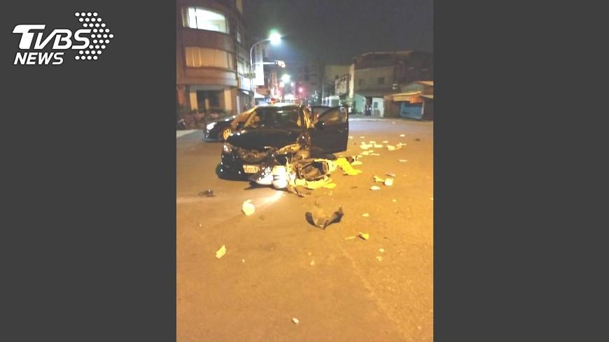 圖/TVBS 不顧路口閃黃紅燈 汽機車相撞騎士傷