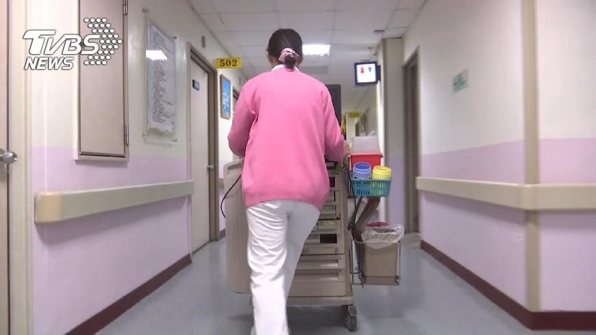 示意圖,非當事人。圖/TVBS 阿伯失禁一晚換6次床單 護理師無怨無悔被讚翻