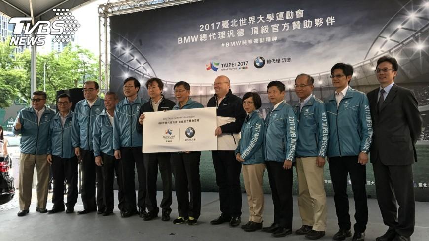 圖/中央社 BMW贊助世大運 柯文哲試乘稱買不起