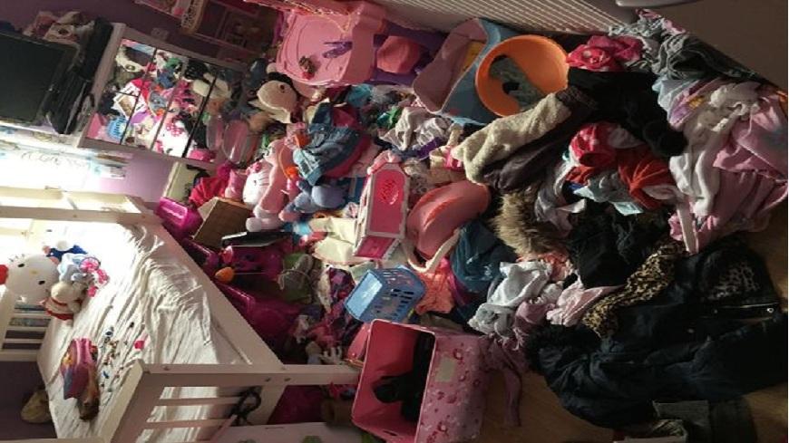 英國一對小姊妹獲得最髒亂房間的冠軍,她們感到超級自豪。(圖/翻攝自「time4sleep」推特) 獲得「最髒亂房間」冠軍 英可愛小姊妹超自豪