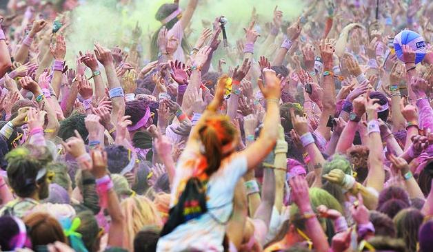 八仙塵爆意外發生後,各縣市政府紛紛增訂逾千人聚會必須申請,並須通過場地安全檢查,才能辦活動。圖/T博客網頁