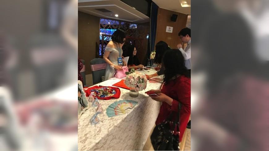 北京一名伴娘胸前掛著二維條碼讓賓客刷付禮金,引發看法兩極。(圖/翻攝自京華時報) 陸伴娘胸前掛二維碼收禮金 婆婆崩潰「像在跟賓客討錢」