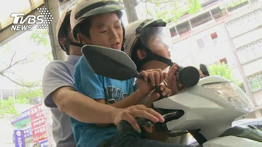 圖/TVBS資料畫面 機車「踏板載人」罰6百!網友崩潰呼:不敢生小孩了