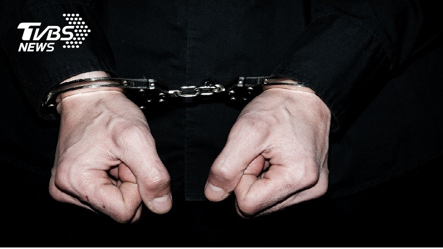新竹李姓男子掐死女友辯稱要和對方同赴黃泉,但法官不採信,判他無期徒刑。(圖/TVBS) 殺人免判死!女友欲下海幫還債 醋男大怒掐死判無期