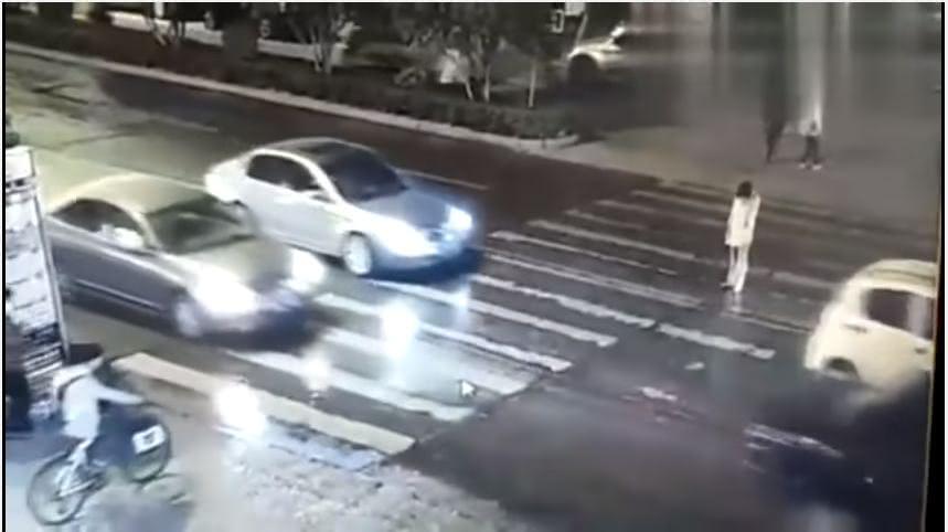 河南一名女子被撞倒後,沒有人伸出援手,她又被後方車輛輾過。(圖/翻攝自YouTube) 人心冷漠!女被撞倒1分鐘沒人救 路人圍觀看她又被輾