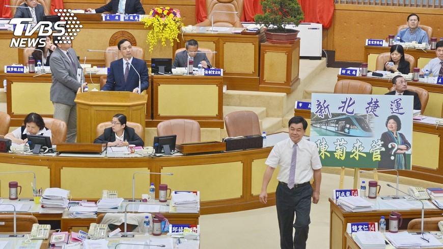 圖/中央社 輕軌委外經營 議員抨陳菊管新北捷運