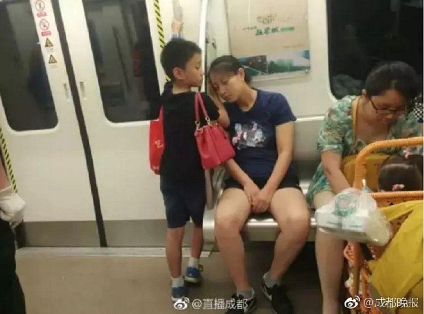 圖/取自《成都日報》微博,下同 暖哭!小暖男「手掌」給媽當枕頭 網友:女兒嫁了